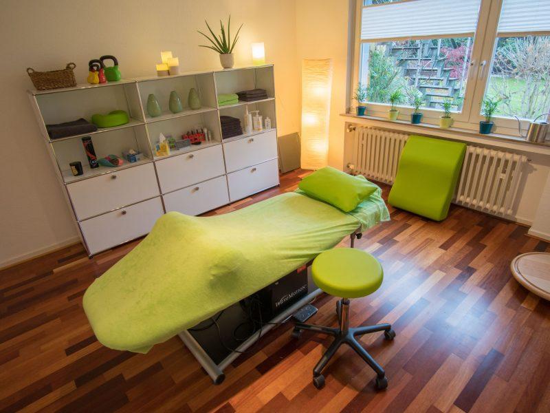 Behandlungsraum mit Blick ins Grüne