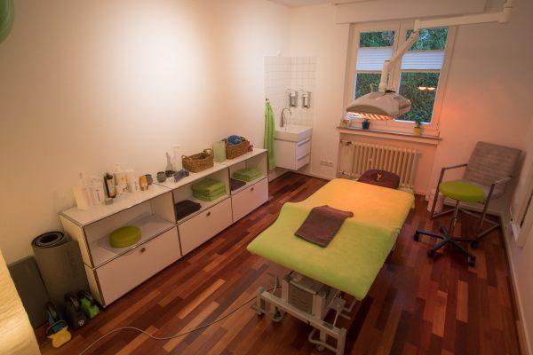 Behandlungsraum mit Infrarot-Wärmetherapielampe